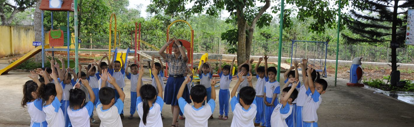 Trẻ tham gia hoạt động vui chơi ngoài trời